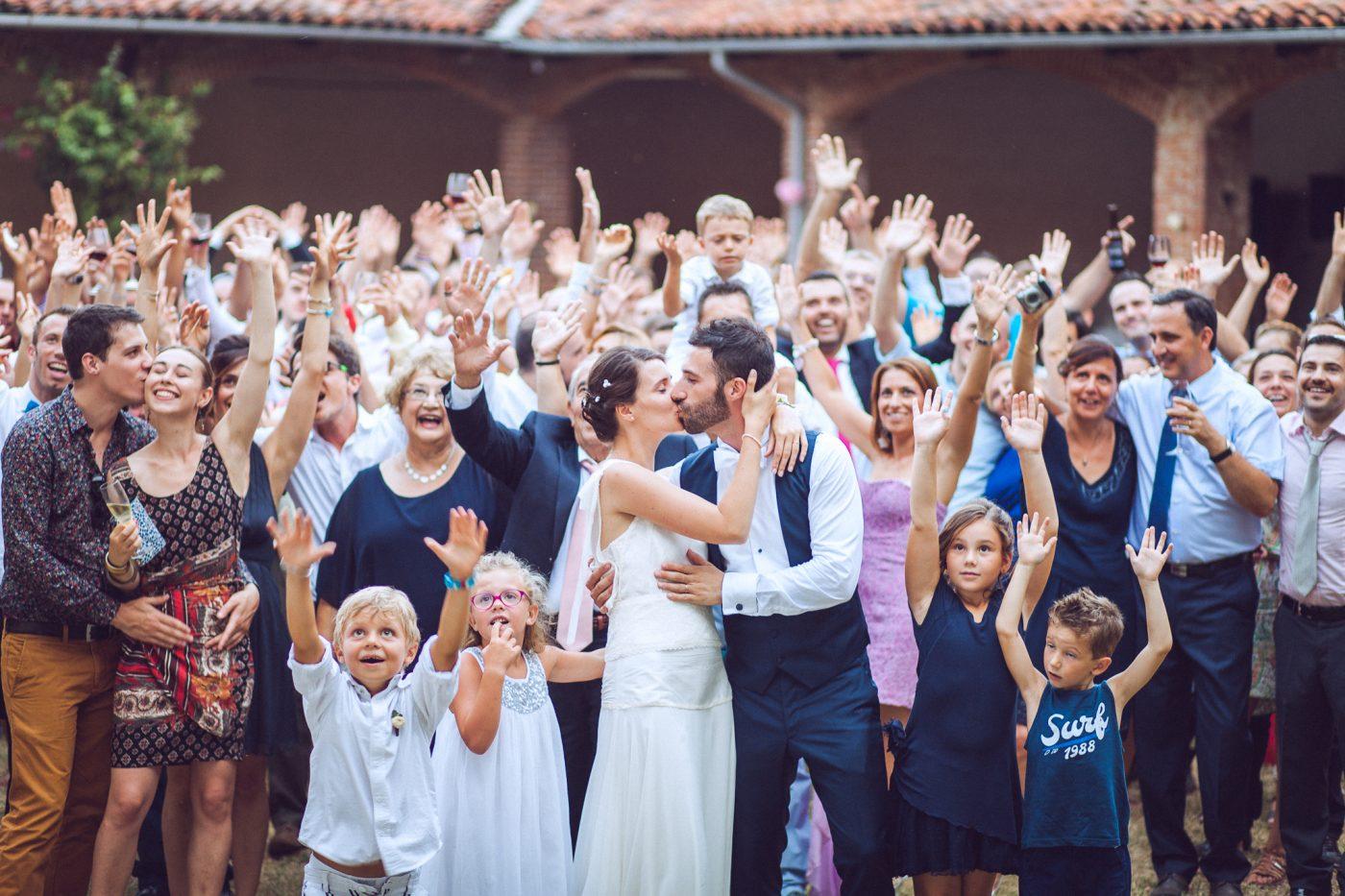 Servizio fotografico di matrimonio. Foto di gruppo con bacio degli sposi