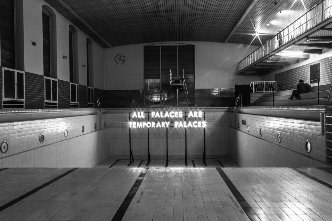 Robert Montgomery, installazione allo STATTBAD Club di Berlino per la sua esibizione Echoes of Voices in the High Towers