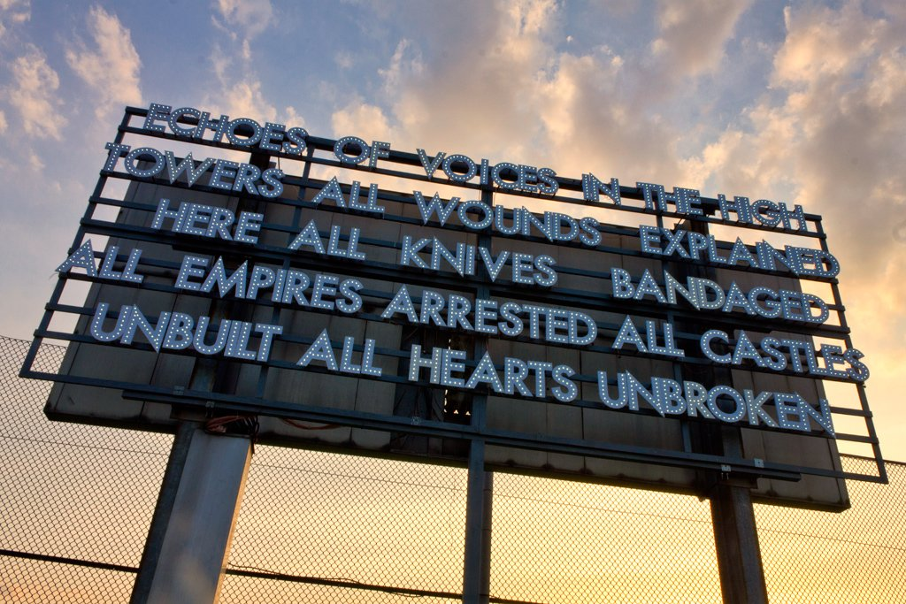 Robert Montgomery, installazione nel parco di Tempelhof a Berlino per la sua esibizione Echoes of Voices in the High Towers