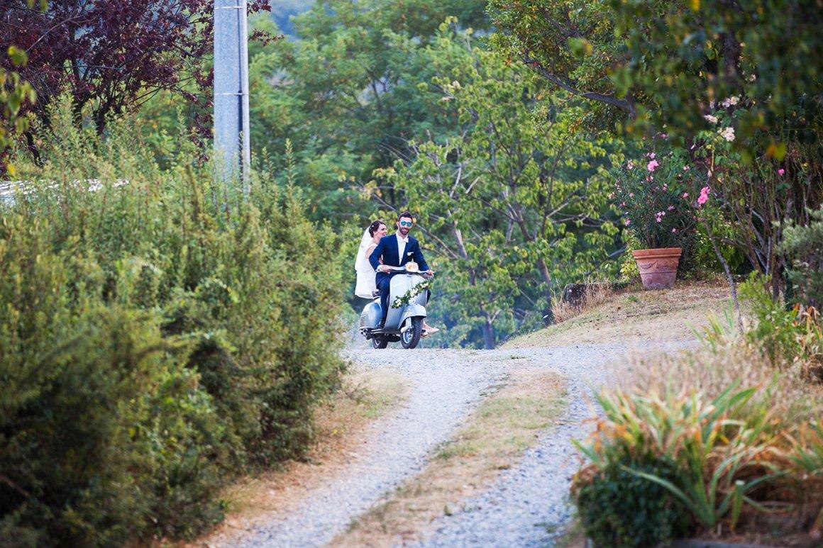 Servizio fotografico di matrimonio. Sposi in vespa