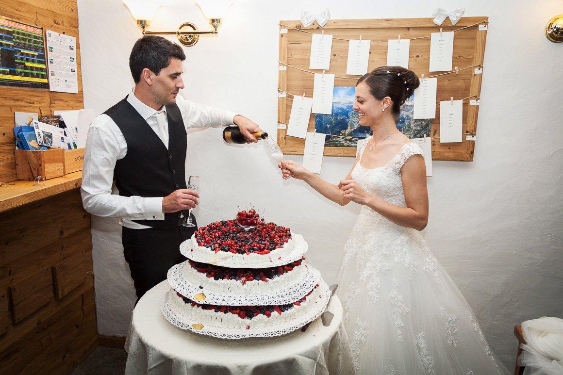 Servizio fotografico di matrimonio. Il taglio della torta