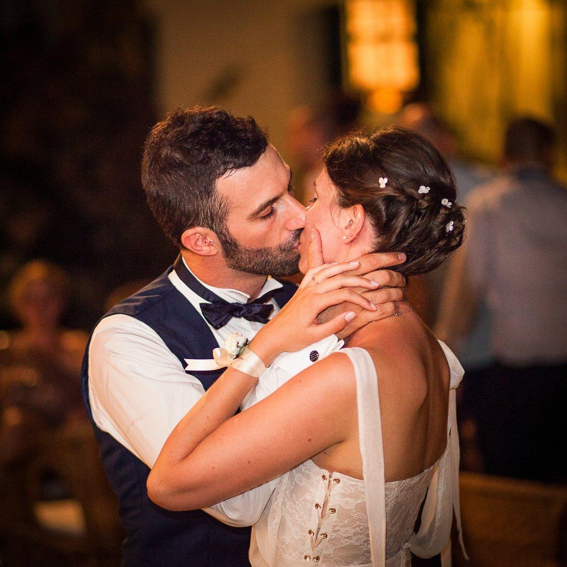 Servizio fotografico di matrimonio. Bacio degli sposi