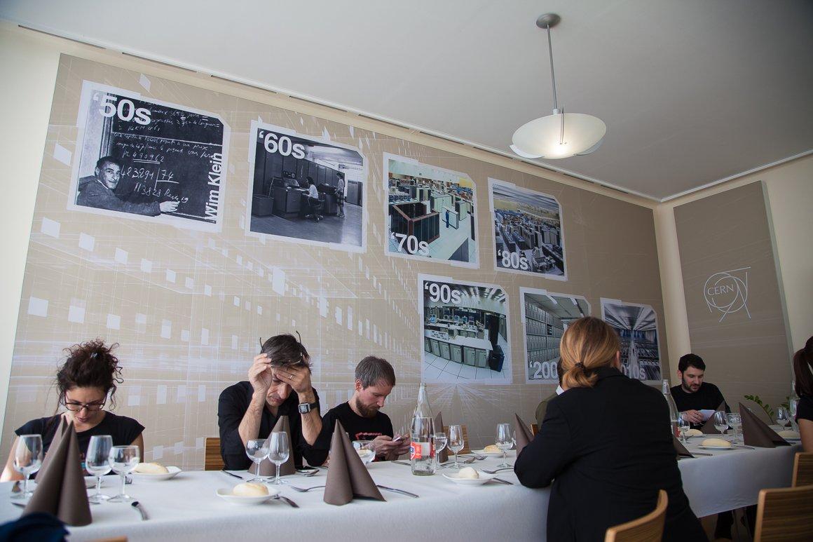 Il team di fotografi e dell'ufficio stampa del CERN a pranzo al Ristorante 2