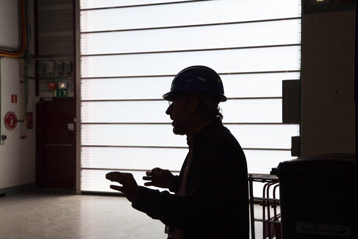 Silhouette di un ingegnere all'interno del LINAC4