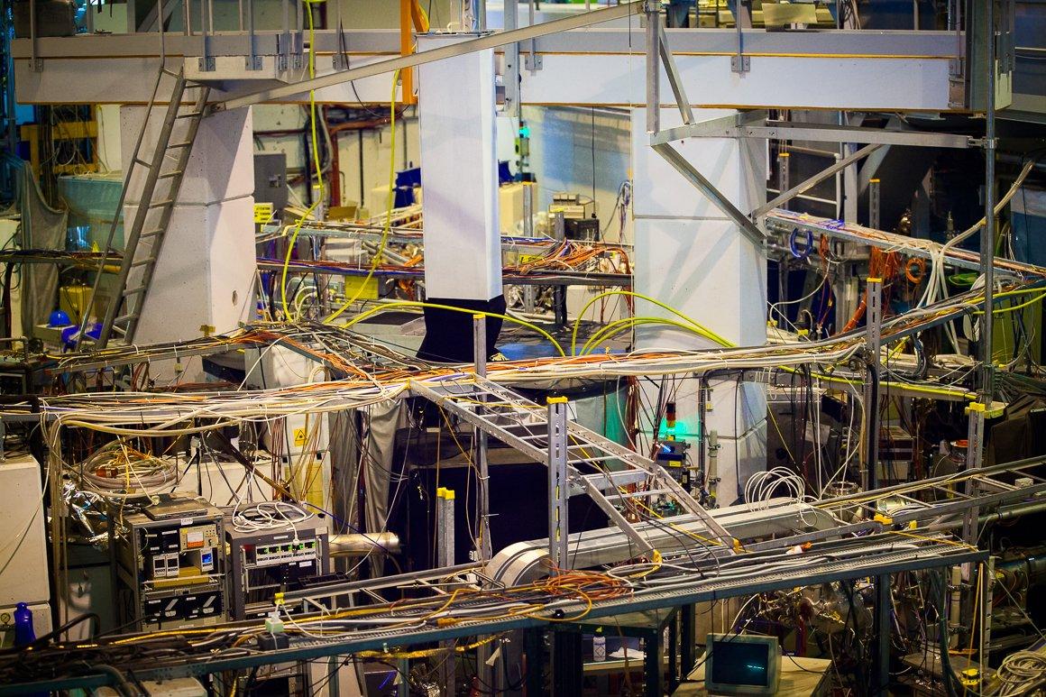 Una struttura complessa di cavi e di computer che sembra essere lo scheletro di ISOLDE.