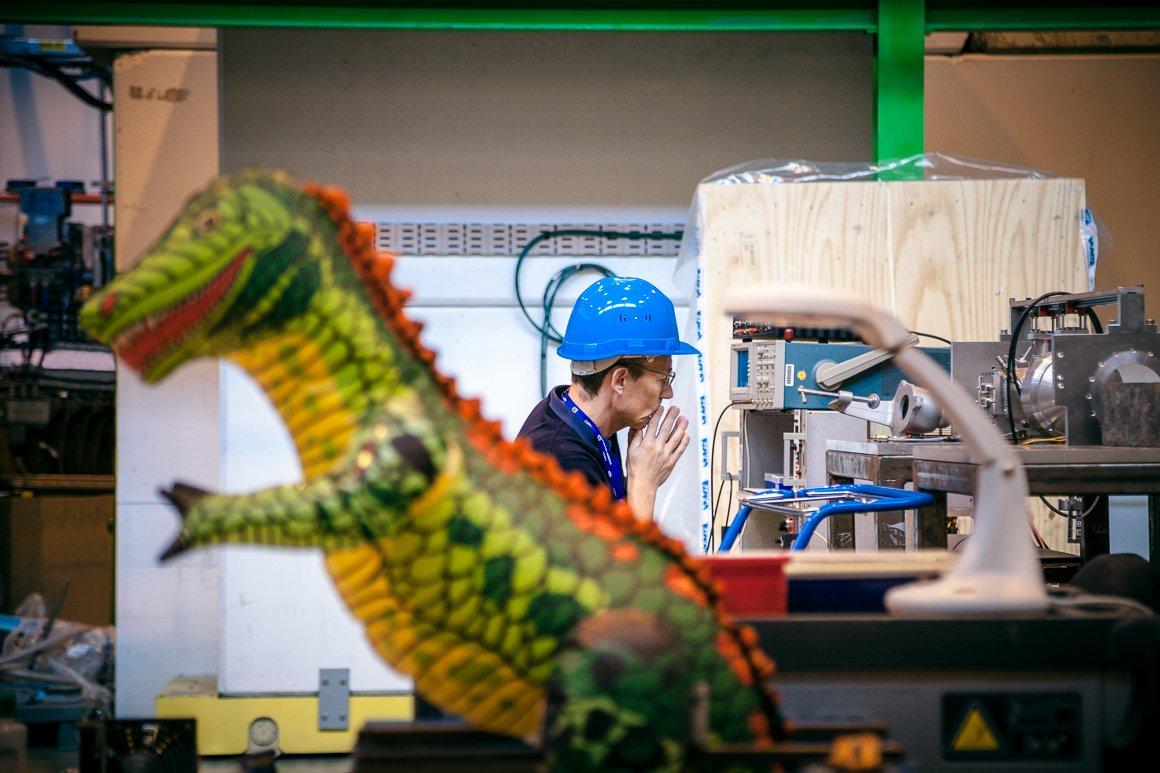 Ingegnere a lavoro con la mascotte del REX-ISOLDE post-accelerator.