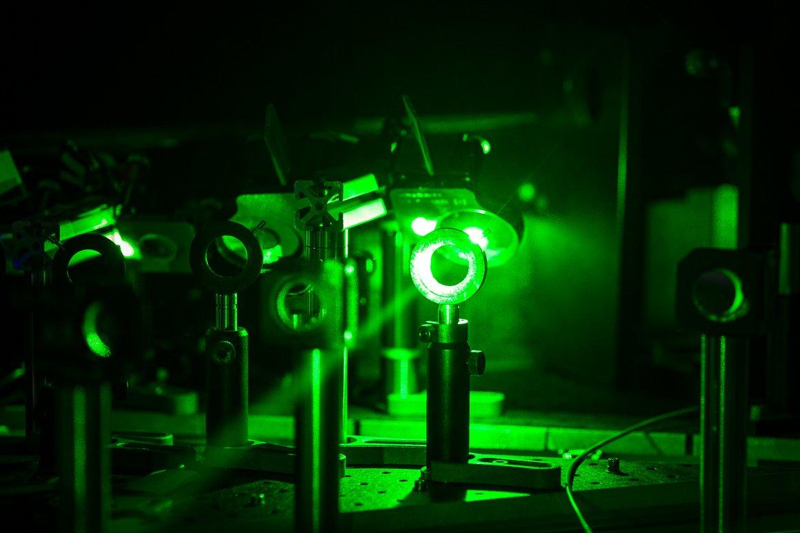 Dettaglio di un fascio laser di colore verde. ISOLDE