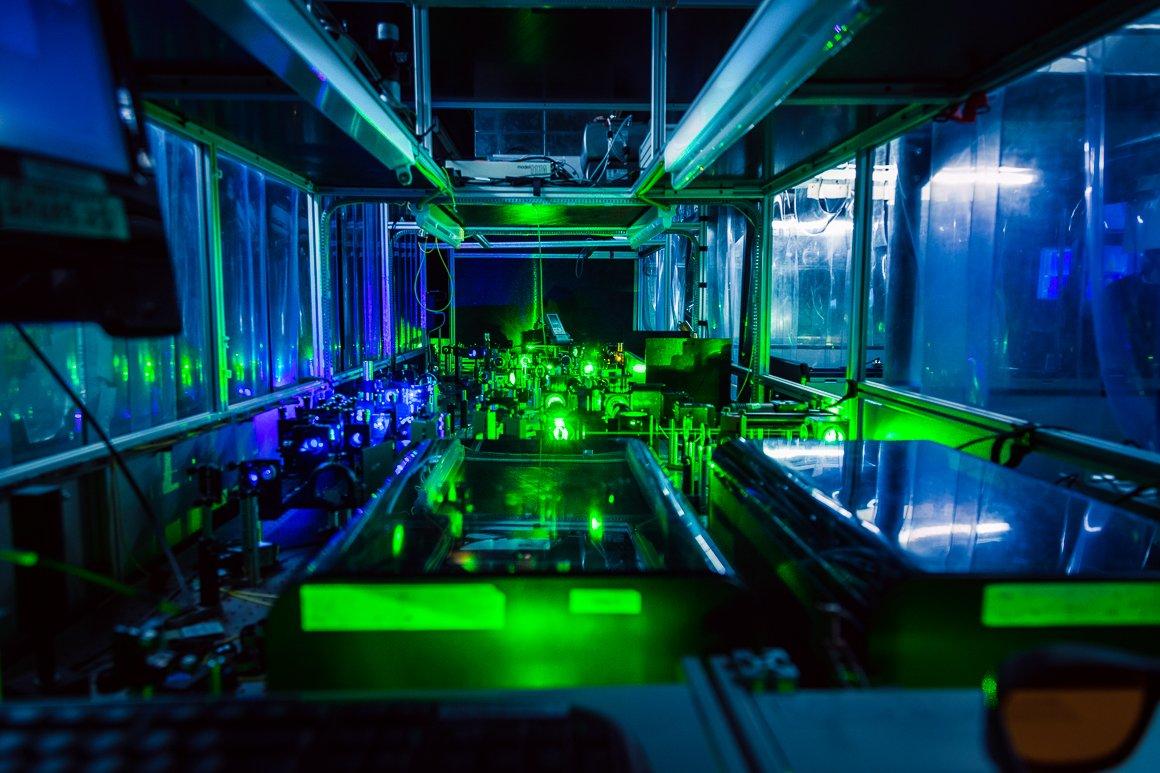 Foto di un esperimento con laser colorati all'interno di ISOLDE