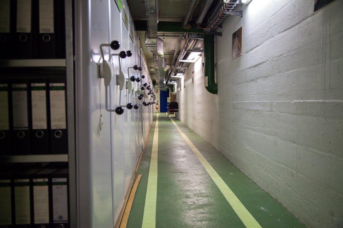Uno dei lunghissimi corridoi negli archivi sotterranei del CERN