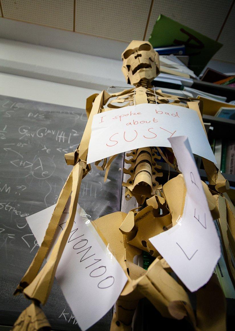 Scheletro di carta. Dettaglio dello studio del fisico John Ellis.