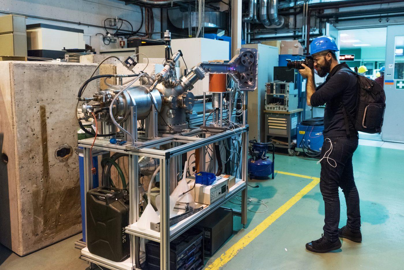 Gaetano Cessati mentre fotografa i macchinari di ISOLDE. Foto del fotografo ufficiale del CERN Maximilian Brice