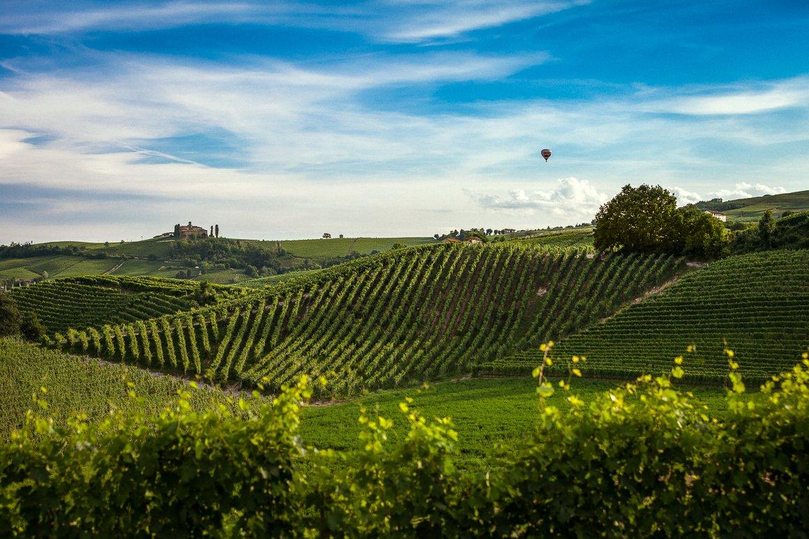 Fotografia di paesaggio, castello con mongolfiera sulle colline del Monferrato