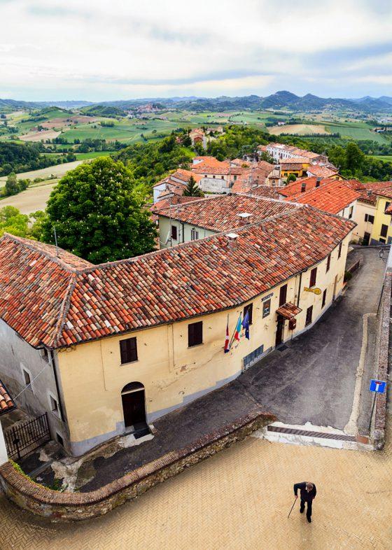 Fotografia di paesaggio. Tetti e colline in Monferrato