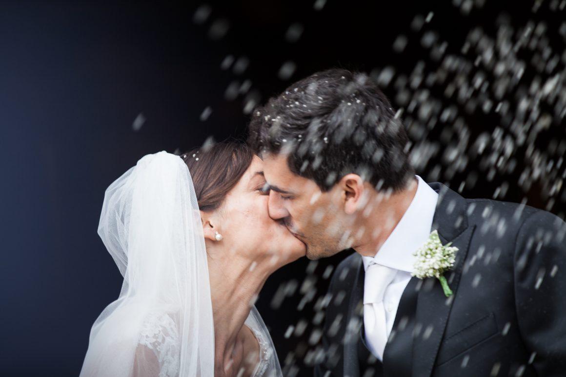 Lancio del riso sposi, bacio